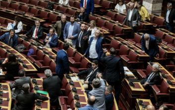 Χαμός στη Βουλή: Αποβλήθηκε από την αίθουσα της Ολομέλειας βουλευτής του ΣΥΡΙΖΑ για απρεπή χειρονομία