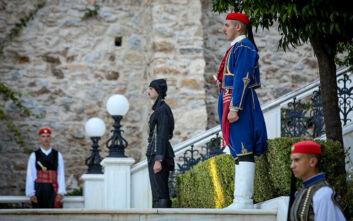 Άνοιξαν οι πόρτες του κήπου του Προεδρικού Μεγάρου για τη δεξίωση για την επέτειο αποκατάστασης της Δημοκρατίας