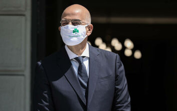 O Δένδιας υποδέχθηκε την Ισπανίδα ΥΠΕΞ με μάσκα του Παναθηναϊκού