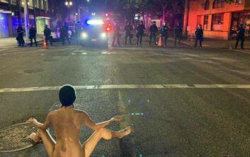 Η «γυμνή Αθηνά» που άφησε άφωνους τους αστυνομικούς στο Πόρτλαντ