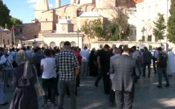 Κόσμος έξω από την Αγιά Σοφιά: Τουρκικά λάβαρα και συνθήματα