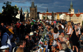 Πράγα: Γιόρτασαν το τέλος του κορονοϊού με συνωστισμό