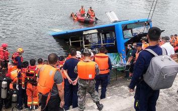 Επίτηδες έριξε το λεωφορείο στη λίμνη ο οδηγός στην Κίνα - Τραγικός θάνατος για 21 μαθητές
