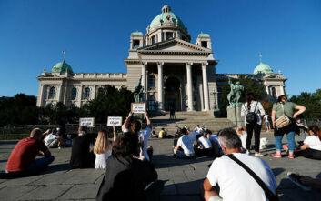 Καθιστική διαμαρτυρία στο Βελιγράδι και άλλες πόλεις της Σερβίας εν μέσω απαγόρευσης διαδηλώσεων