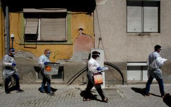 Κρίσιμες βουλευτικές εκλογές σήμερα στη Βόρεια Μακεδονία - Με μάσκες οι ψηφοφόροι, τι δείχνουν οι δημοσκοπήσεις