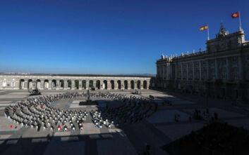 Με μαύρες μάσκες και συγκίνηση η Ισπανία τίμησε τη μνήμη των 28.400 νεκρών από τον κορονοϊό