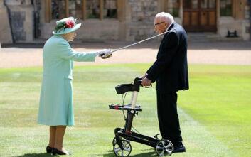 Η βασίλισσα Ελισάβετ έχρισε ιππότη τον βετεράνο «Κάπτεν Τομ»