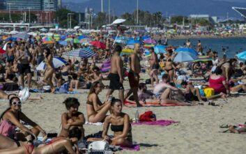 Οι Ισπανοί κατέκλυσαν τις παραλίες της Βαρκελώνης
