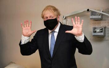 Ο Τζόνσον πιστεύει πως η «παχύσαρκη» Βρετανία θα ξεπεράσει τον κορονοϊό το 2021