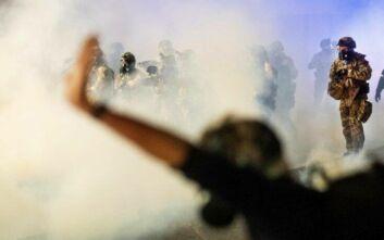 Νύχτα κόλασης στις διαδηλώσεις στις ΗΠΑ: Ένας νεκρός στο Όστιν, φωτιές και δακρυγόνα σε Σιάτλ και Πόρτλαντ