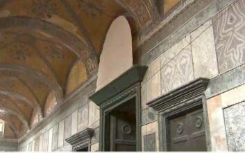 Αγία Σοφία: Τιρκουάζ χαλιά και πρόχειρα πανιά καλύπτουν τις αγιογραφίες του ναού