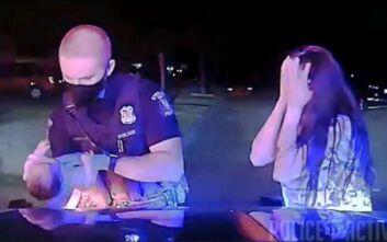 Συγκινεί η αγωνιώδης προσπάθεια αστυνομικού να σώσει βρέφος 3 εβδομάδων – Δείτε το βίντεο