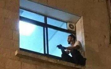 30χρονος σκαρφάλωσε σε παράθυρο νοσοκομείου για να αποχαιρετήσει τη μητέρα του που πέθαινε από κορονοϊό