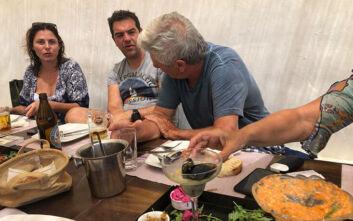 Φωτογραφίες από τις διακοπές του Τσίπρα στα Κουφονήσια: Με μαγιό, τσίπουρο και την Μπέτυ Μπαζιάνα στο πλευρό του