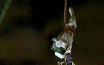 Αποκαθήλωση και για τον Κολόμβο στο Σικάγο – Απομακρύνθηκαν δυο αγάλματά
