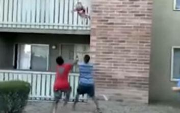 Συγκλονιστικό βίντεο: Πρώην πεζοναύτης πιάνει στον αέρα 3χρονο αγόρι που πέταξε η μητέρα του από φλεγόμενο διαμέρισμα