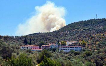 Μαίνεται η φωτιά κοντά στο μοναστήρι του Αγίου Ραφαήλ στη Λέσβο