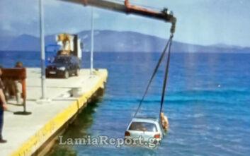 Βίντεο και φωτογραφίες από το αυτοκίνητο που έπεσε στο λιμάνι της Αρκίτσας