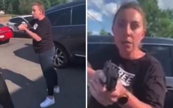 ΗΠΑ: Λευκή γυναίκα σημαδεύει με το όπλο της μια μαύρη και την κόρη της