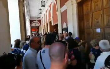 Απίστευτες εικόνες από συνωστισμό στην Πάτρα για ένα εισιτήριο - Παρέμβαση της αστυνομίας