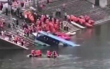 Τραγωδία με 21 νεκρούς μαθητές στην Κίνα - Πήγαιναν να δώσουν εξετάσεις και το λεωφορείο τους έπεσε σε λίμνη