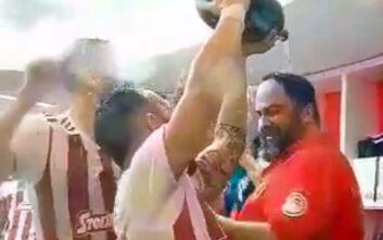 Ολυμπιακός: Ο Βαλμπουενά έλουσε με σαμπάνια τον Μαρινάκη