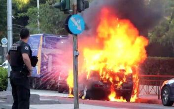 Η στιγμή που αυτοκίνητο καίγεται στη Γαλατσίου - Η φωτιά απλωνόταν ενώ ακούγονταν μικρές εκρήξεις