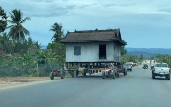 Μετακινώντας ένα σπίτι πάνω σε τρακτέρ