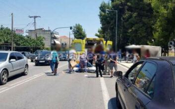 Εικόνες από τροχαίο με μηχανή στη Λαμία: Στο νοσοκομείο πεζός που τραυματίστηκε