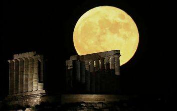 Εντυπωσιακό το φεγγάρι του «κόκκινου ελαφιού» στο Σούνιο