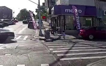 Σοκαριστικό βίντεο: Τον σκότωσαν ενώ περπατούσε μαζί με την 4χρονη κόρη του