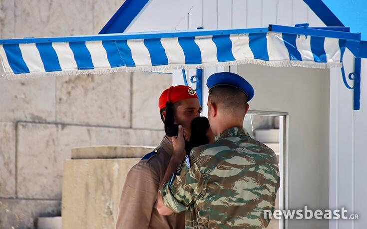 Οι Εύζωνες στον Άγνωστο Στρατιώτη λιώνουν από τον καύσωνα - Συνθήκες ασφυξίας στην Αθήνα