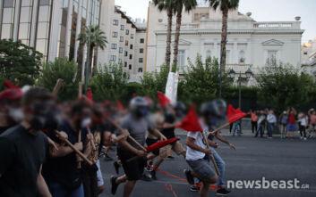 Καρέ - καρέ η ένταση στο Σύνταγμα: Αποφασισμένοι διαδηλωτές με κόκκινες σημαίες εναντίον ΜΑΤ