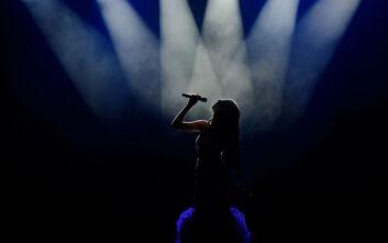 Ποια διάσημη τραγουδίστρια έγινε γιαγιά στα 44