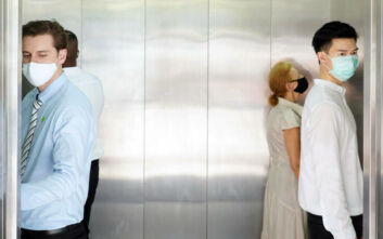 «Μη μιλάτε»: Η συμβουλή των ειδικών για να μην κολλήσετε κορονοϊό στο ασανσέρ