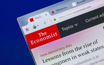 Economist: Η εικόνα Έλληνα συνταξιούχου που κλαίει έξω από τράπεζα στις φωτογραφίες της δεκαετίας