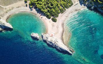 Μια ονειρική διπλή παραλία μια ανάσα από την Αθήνα