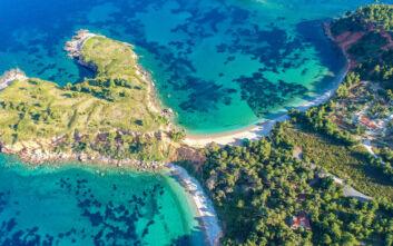 Η παραλία στην Αλόννησο με τα δεκάδες χρώματα