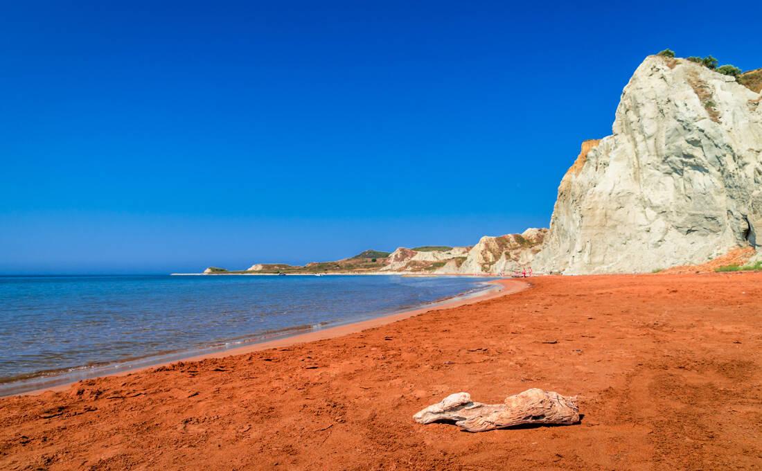 Η αινιγματική πορτοκαλί παραλία της Κεφαλονιάς που αξίζει να πας