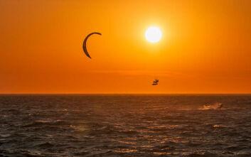 Σοκαριστικό ατύχημα στη Μύκονο: Ο αέρας πέταξε kite surfer σε αυτοκίνητο και μετά σε περίφραξη