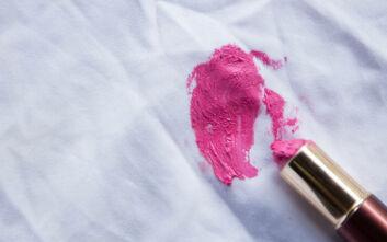 Πώς να απομακρύνετε στο άψε σβήσε το κραγιόν από τα ρούχα σας