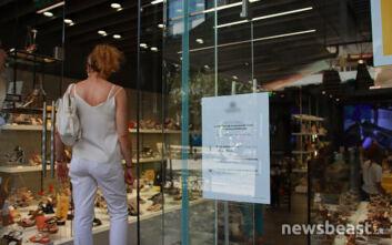 Με μάσκα τα ψώνια στην Ερμού - Οι πολίτες φοράνε ακόμα και στο δρόμο