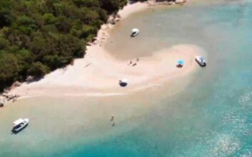 Πισίνα: Η εξωτική παραλία με τα διάφανα νερά