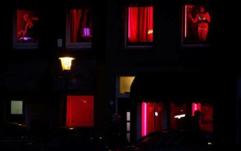 Με μάσκα στα «Κόκκινα Φανάρια» του Άμστερνταμ