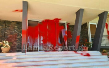 Επίθεση με μπογιές από μέλη του Ρουβίκωνα στο κτίριο της Περιφέρειας Στερεάς Ελλάδας