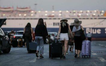 Φεύγουν για διακοπές οι πρώτοι αδειούχοι του Αυγούστου - Αυξημένη η κίνηση στο λιμάνι του Πειραιά