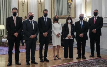 Φορώντας μάσκα με την ελληνική σημαία ορκίστηκαν τα μέλη της κυβέρνησης
