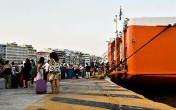 Δεκαπενταύγουστος: Ουρές στο λιμάνι του Πειραιά, φεύγουν οι αδειούχοι