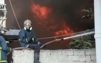 Δείτε φωτογραφίες από τη μεγάλη φωτιά σε εργοστάσιο πλαστικών στη Μεταμόρφωση
