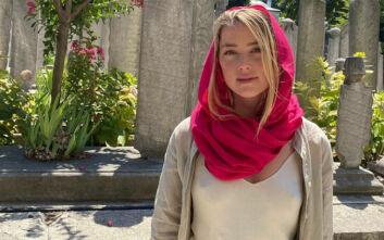 Άμπερ Χερντ: Σάλος με την εμφάνισή της χωρίς σουτιέν σε τζαμί στην Τουρκία